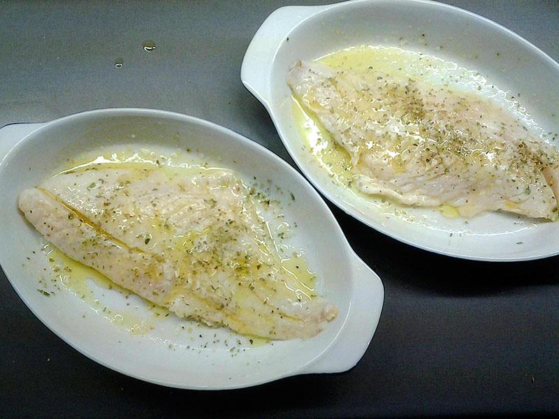 Fischfilets mit Salz und Pfeffer würzen und im Olivenöl wenden.