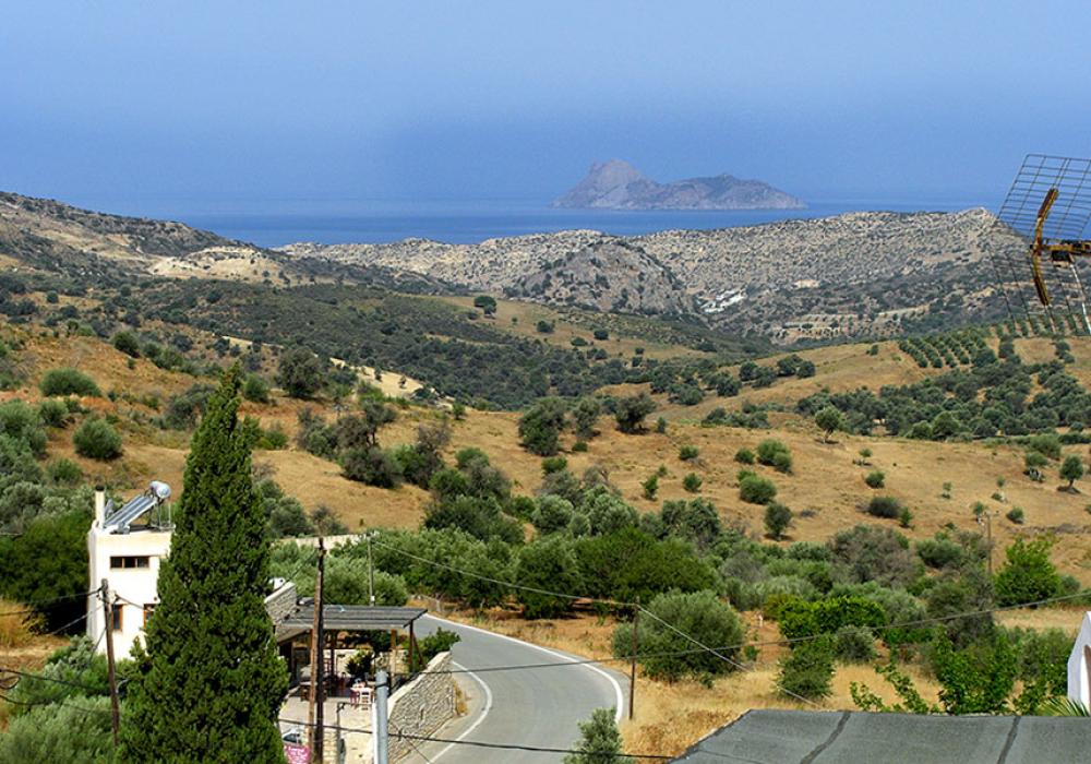 """Die Taverna """"Ksa Sou"""" in Listaros mit Blick auf die Insel Paximadia."""
