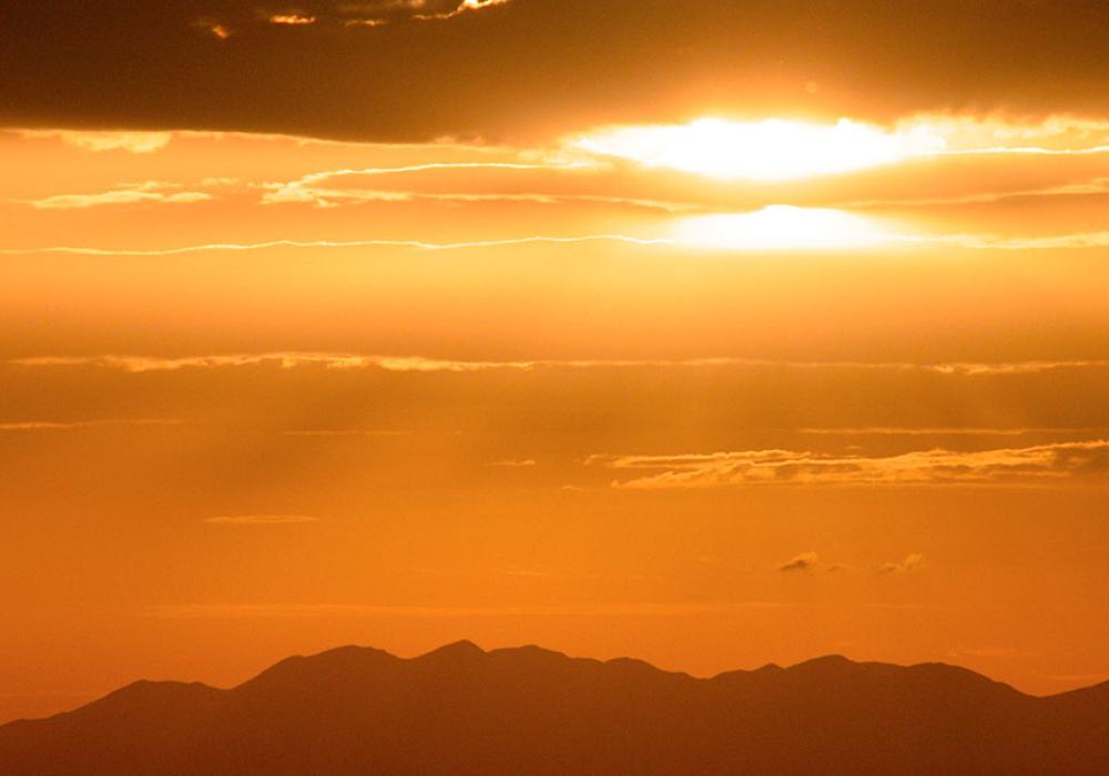 Die sinkende Sonne verdoppelt die Schatten.