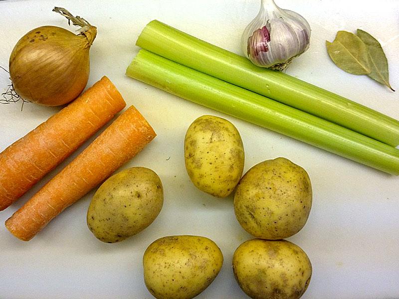 Das Gemüse liegt zum Verarbeiten bereit.