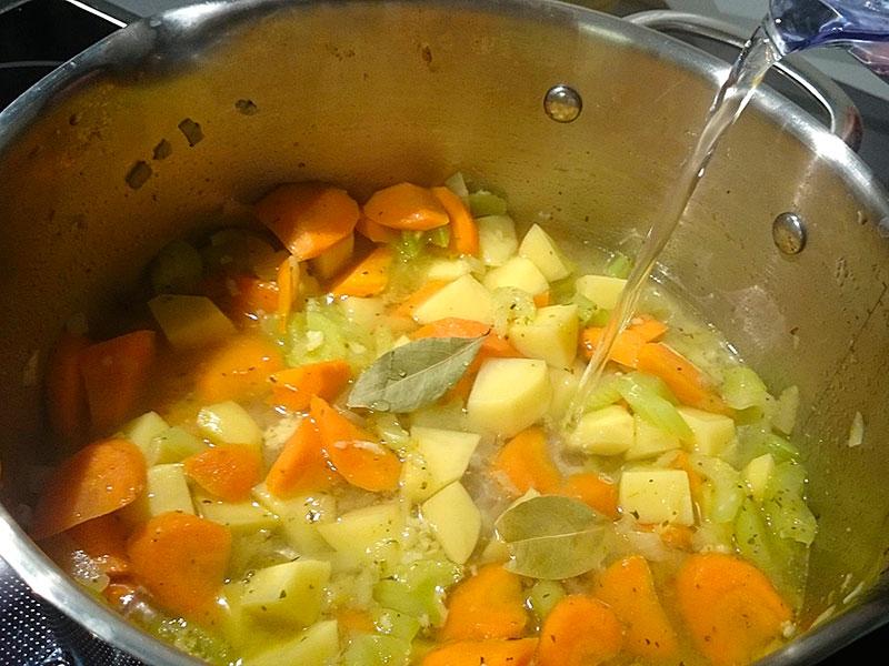 Gemüse nach dem Anbraten mit Wasser angießen.