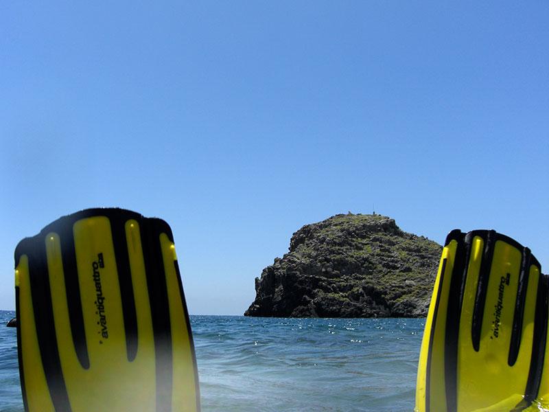 Die Insel Trafos lugt zwischen den Flossen durch.