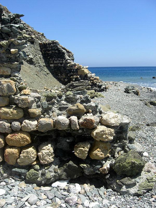 Mauer der antiken Hafenanlage.