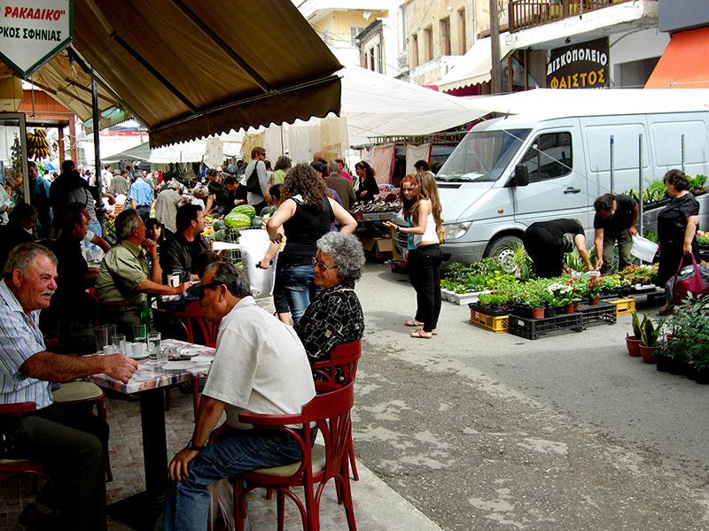Samstags ist Markt in Mires, ein Bild südländischer Geschäftigkeit.