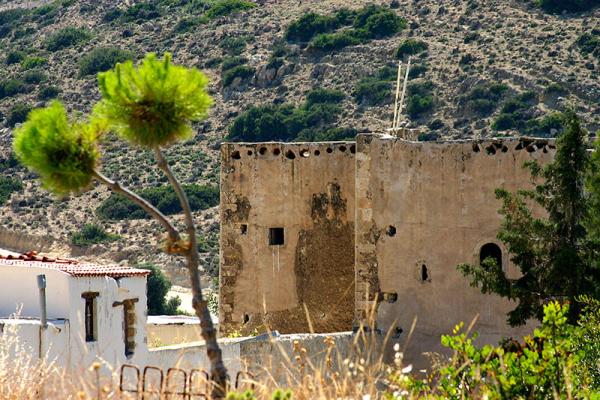 Die flachen Dächer des Klosters machen den Eindruck einer arabischen oder afrikanischen Siedlung.