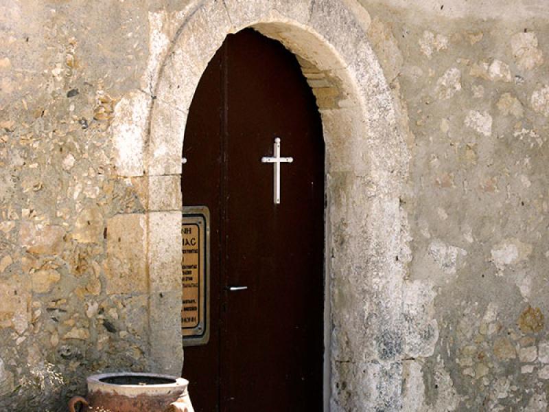 Der Eingang, nur noch zwei Mönche sollen im Kloster leben.