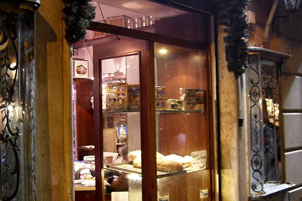 Lebensmittelgeschäft mitten in Trastevere: La Norcineria Iacozzilli.