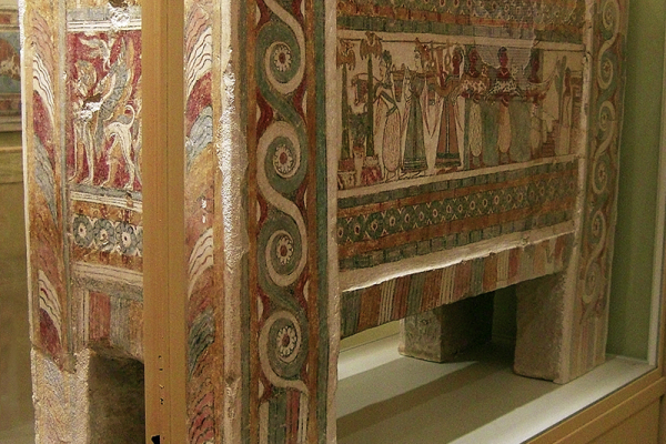 Sarkophag mit Szenen des Totenkults.