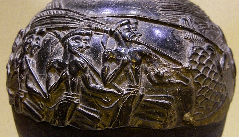 Die Schnittervase (1500 v. Chr.) ist ein Reliefrhyton aus schwarzem Speckstein.Der Rhyton wurde des Palastes von Agia Triada gefunden. Sie befindet sich heute im Archäologischen Museum in Iraklio.