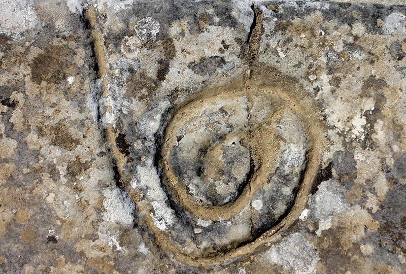 Geheimnisvolles Spiralzeichen in den Stufen des Westhofs.
