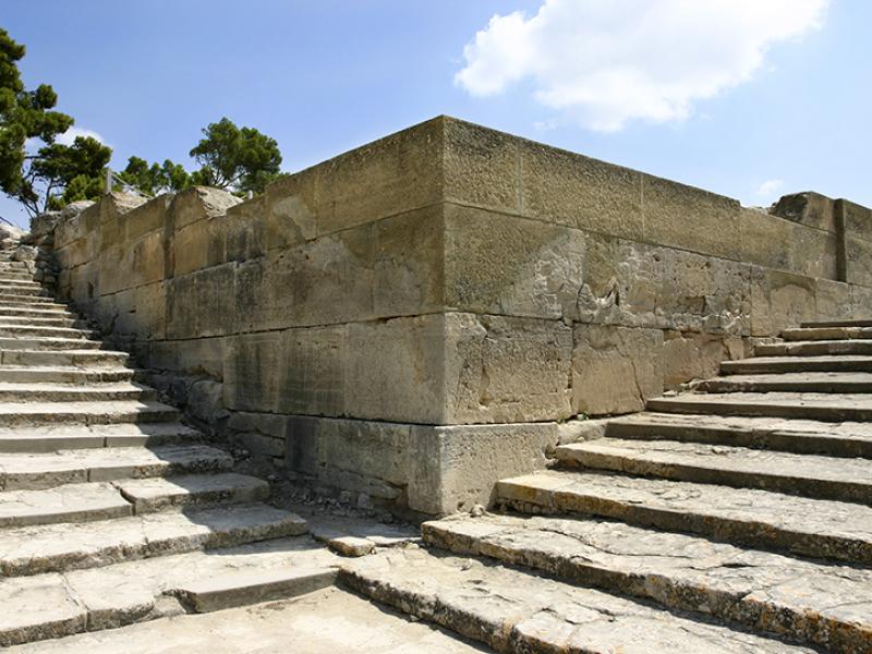 Monumentaler Treppenaufgang, mit zwölf breiten aber flachen Stufen.