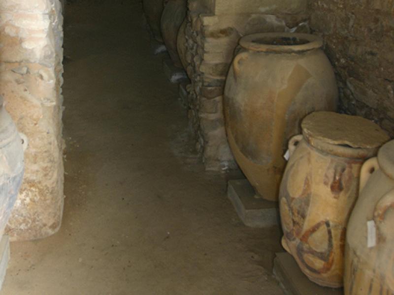 Lagerräume mit Vorratsbehältern (Pithoi) in situ.