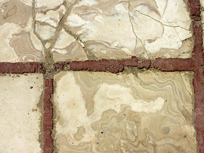 Alabasterplatten mit roter Stuckfuge.