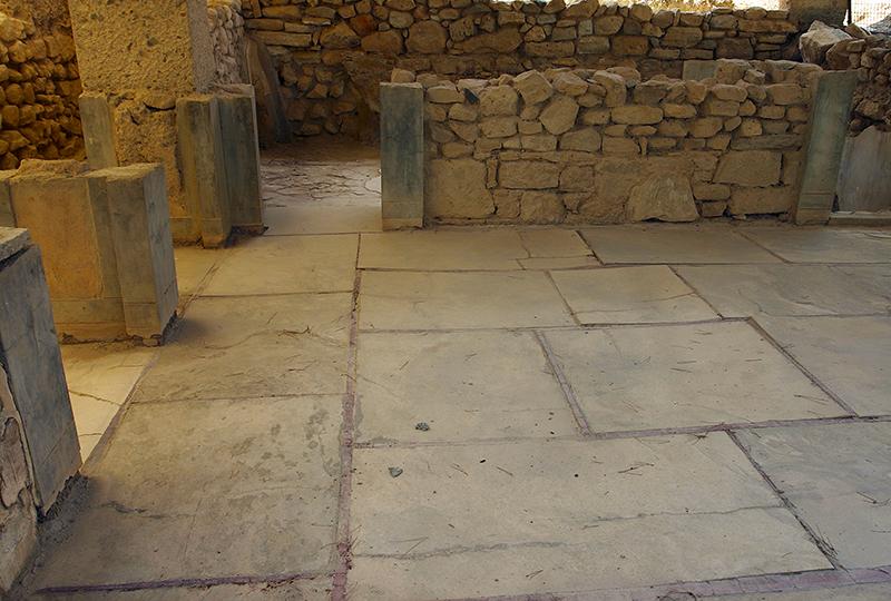 Die Bodenplatten sind mit rotem Stuck verfugt. Die Wande waren freskiert.