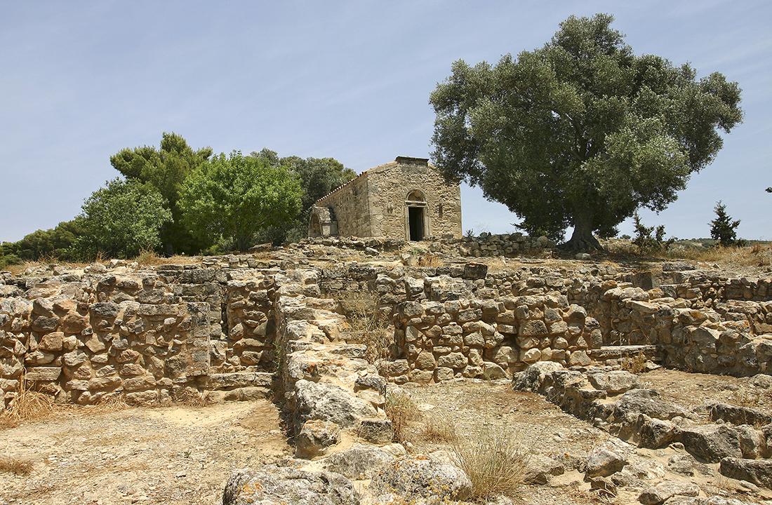 """Innerhalb des Palastgeländes von Agia Triada steht die Kapelle """"Agios Georgios Galatas"""" aus dem Jahr 1302."""