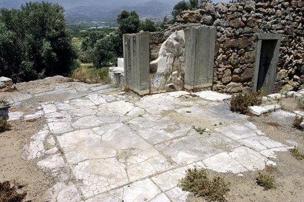 Bodenplatten aus Alabaster und massive Türstürze.