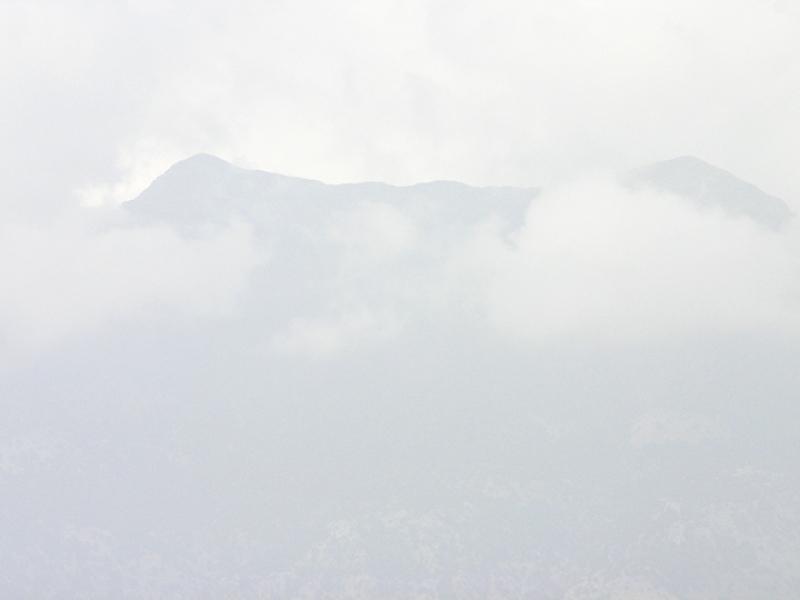 Die Gipfel des Idagebirges in Wolken.