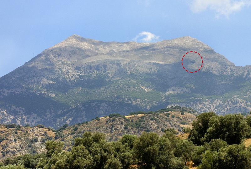 Der Eingang der Kamareshöhle, an der Bergflanke des Mavri-Gipfels ist gut zu erkennen.