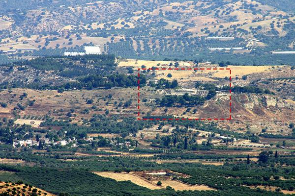 Blick vom Dorf Listaros (mit unserem Teleobjektiv) zum Palasthügel von Phaistos.