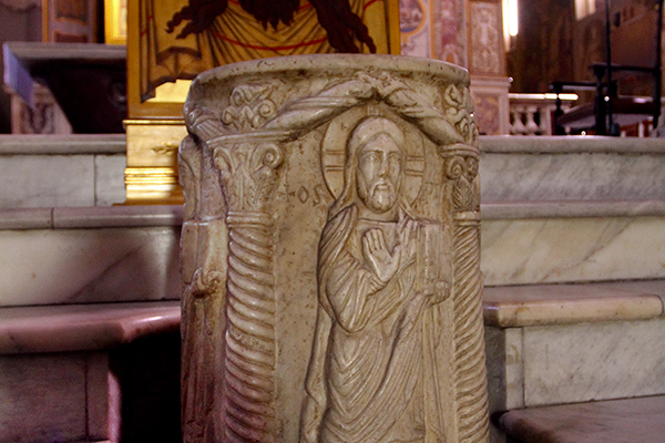Der Marmorbrunnen steht direkt über der Quelle des antiken Asklepios-Tempels.