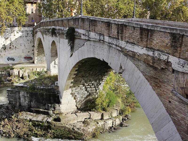 Der Pons Fabricius ist die älteste im Ursprungszustand erhaltene Brücke Roms.