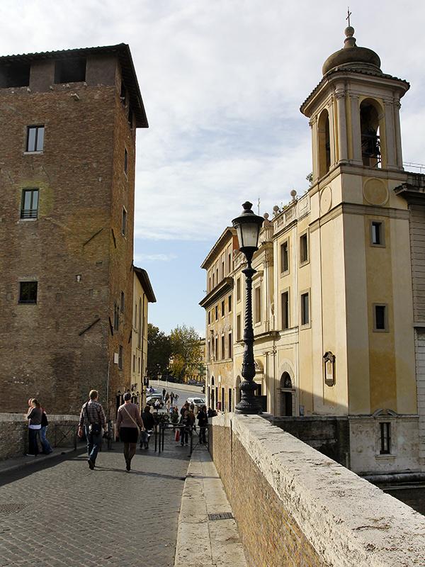 """Auf der Tiberinsel: Gleich links nach dem Turm liegt das Restaurant """"Sora Lella""""."""