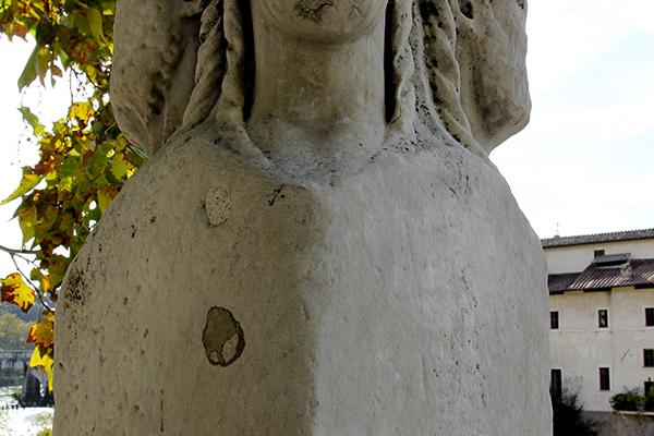 Antiken Stele auf dem Pons Fabricius mit je vier Köpfen die Herkules oder Janus darstellen.