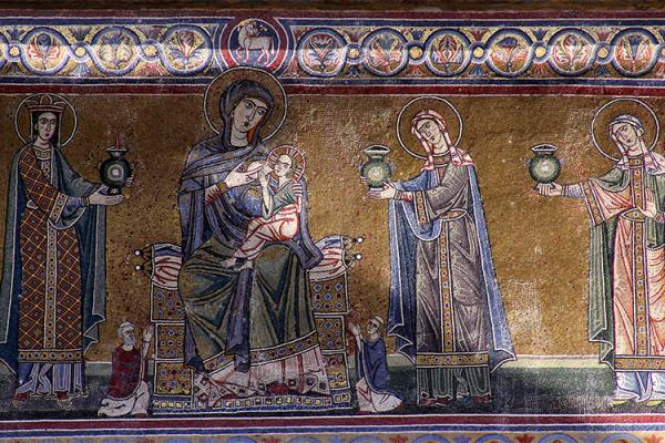 Aussenfassade: Fresko mit Maria und dem Jesuskind. Danebe Frauen mit Laternen.