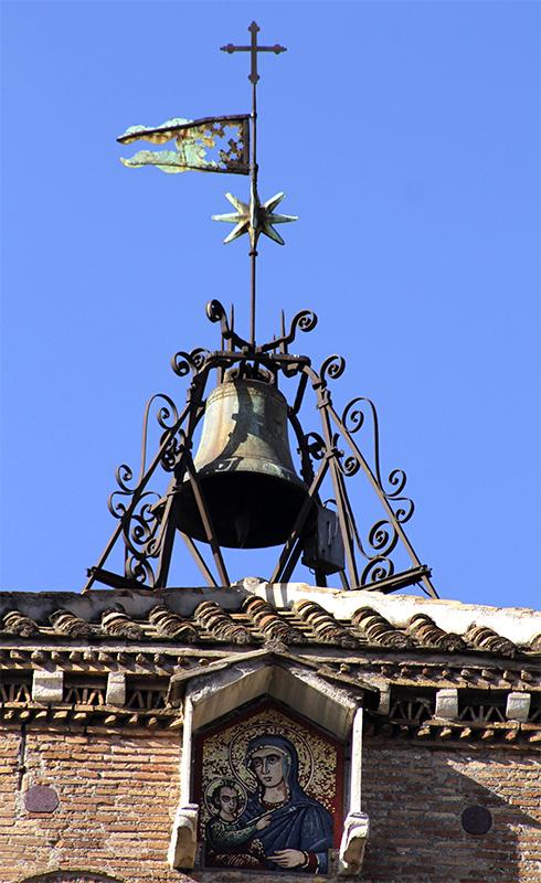Die Turmspitze mit Marienikone und Glocke.