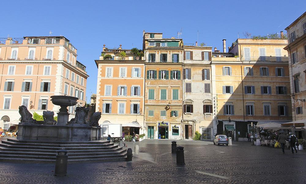 Die Piazza Santa Maria in Trastevere ist das Herz von Trastevere. Am Abend verwandelt sich der Platz in den Mittelpunkt der römischen Movida, wenn die Lokale ihre Tische im Freien aufstellen.