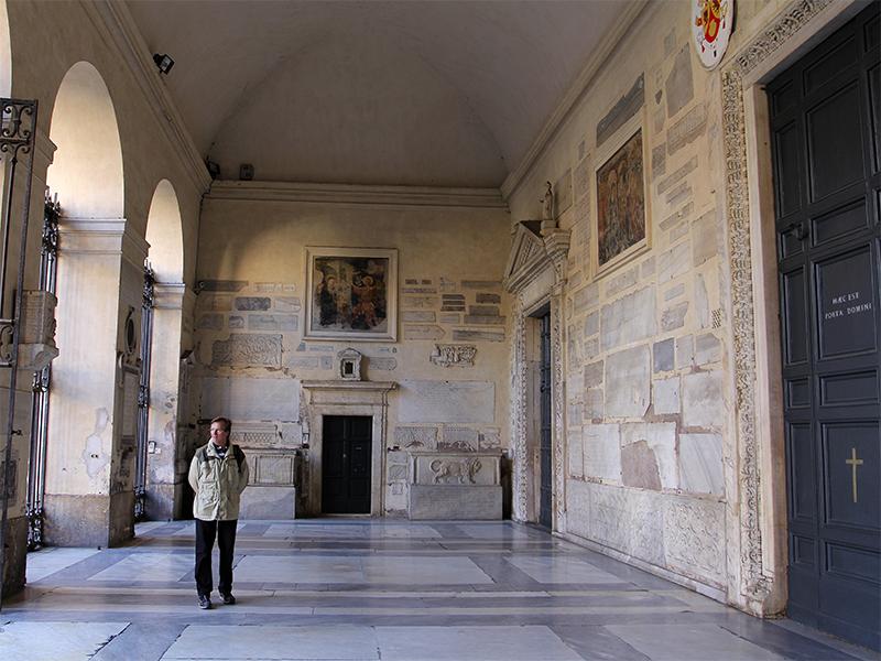 In der Säulenvorhalle sind antike und christliche Kunstwerke zu bewundern.
