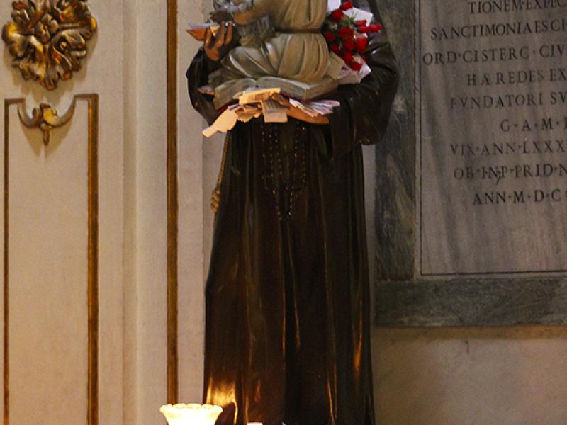 Ein Brauch der Kirche sind die Wunschzettel: Es gibt die Statue eines Mönchs, dort kann man seinen Zettel ablegen.