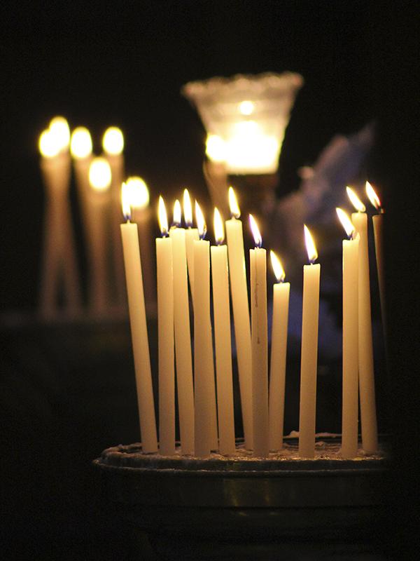 Die dünnen Kerzen erinnern eher an eine orthodoxe Kirche.