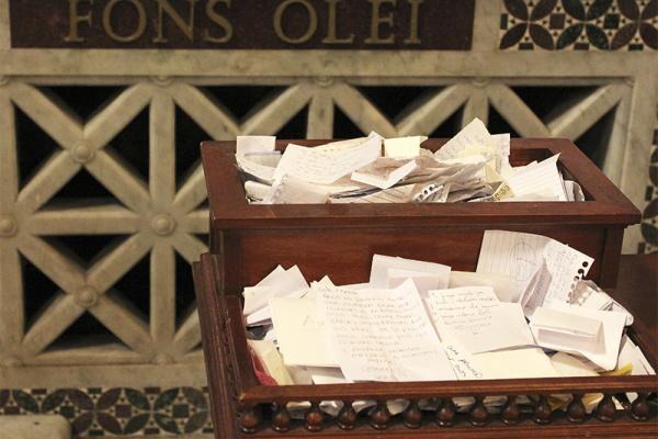 """Die Aufschrift """"fons olei"""" (lat. Ölquelle), an einer Chorschranke vor dem Altar."""