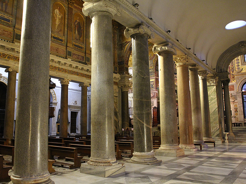 Die antiken ionischen Säulen stammen aus den Caracallathermen.