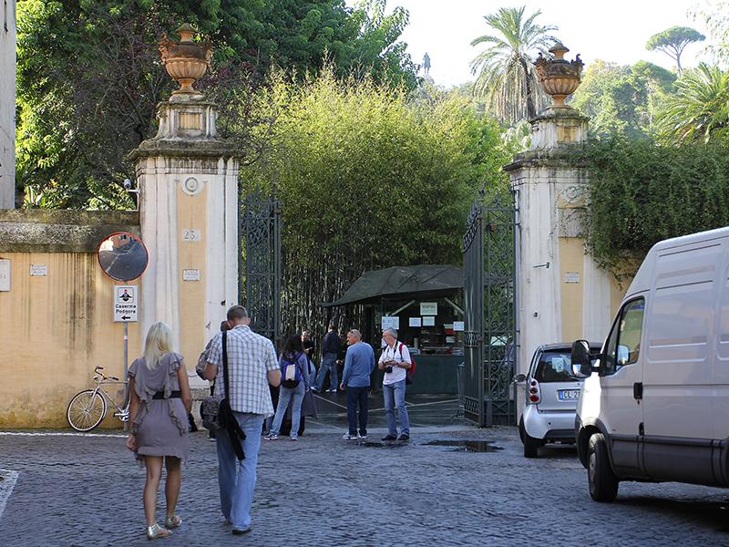 Der Eingang liegt an der Via Corsini einer kleinen Seitenstraße der Via della Lungara.