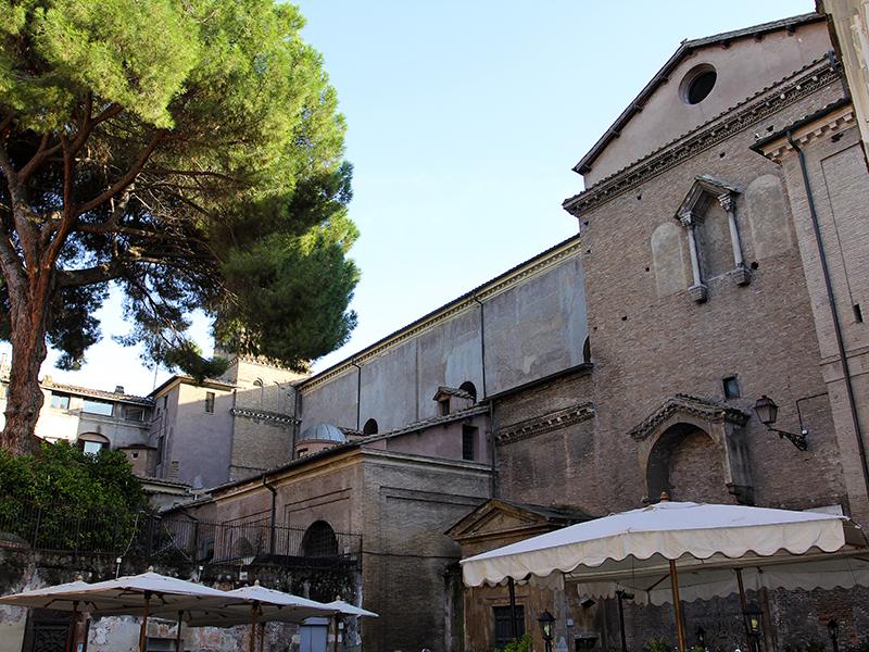 Ansicht der Basilika von der Via della Paglia.