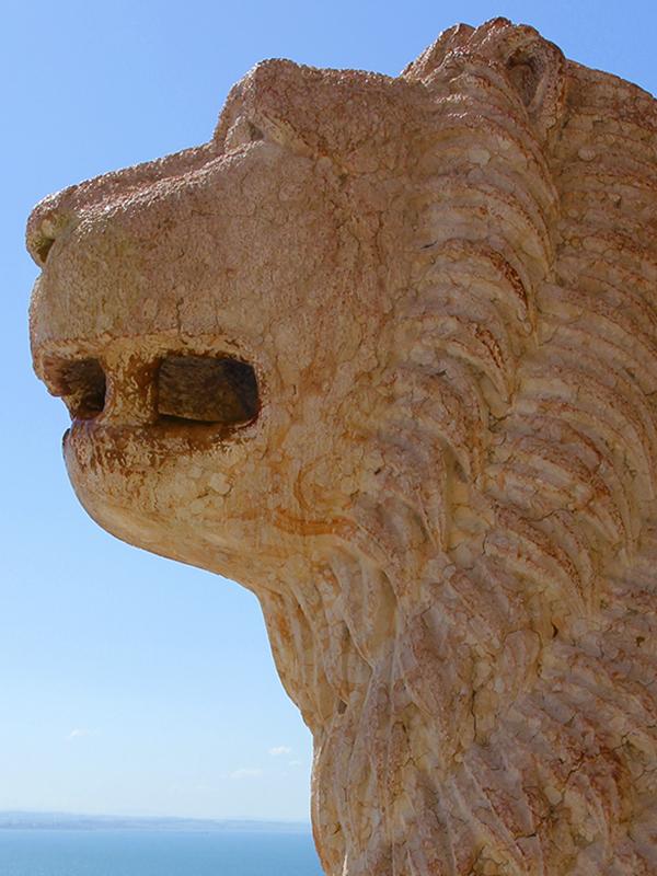Löwe aus rotem Marmor.