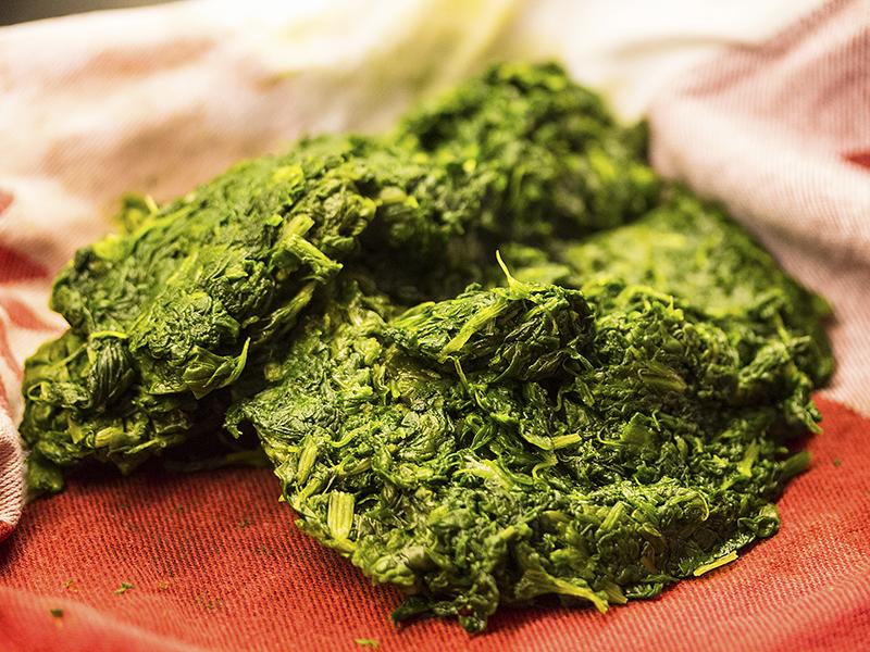 Das gekochte Gemüse abtropfen lassen und auf ein Küchentuch geben.