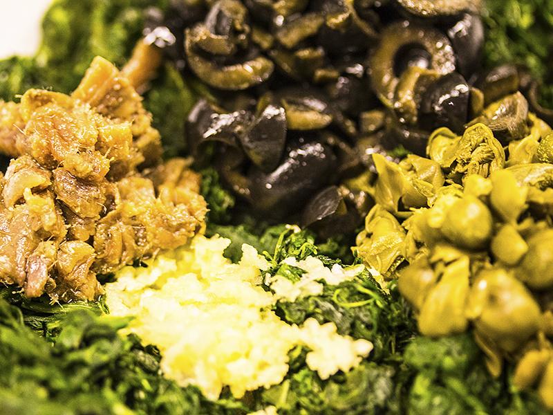 Alle Zutaten hacken und mit dem Gemüse vermischen.