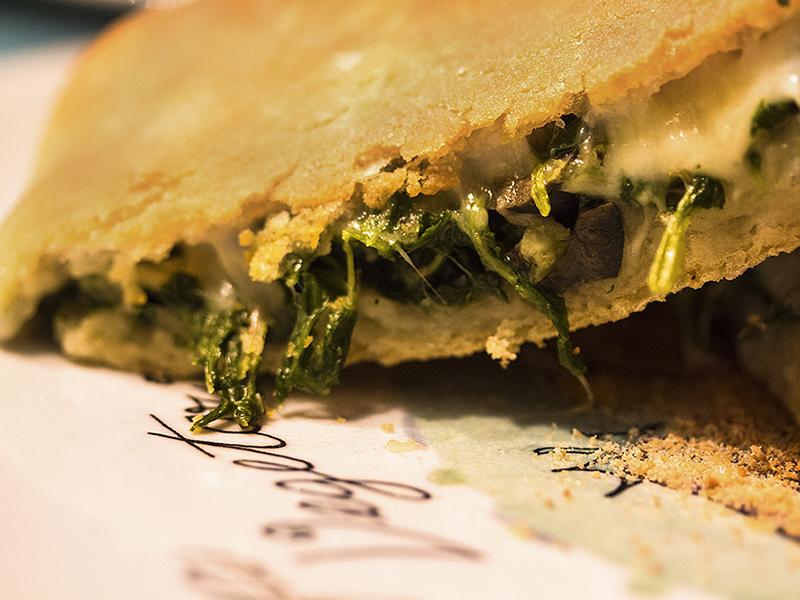 Calzone alla lucana: Außen knusprig und kross, innen wunderbar saftig durch die würzige Füllung und dem Mozzarella.