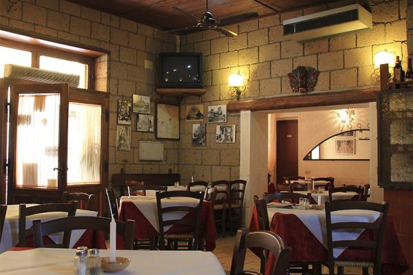Der malerische Innenraum der Trattoria ist nicht besonders groß, aber sehr gemütlich und familiär.