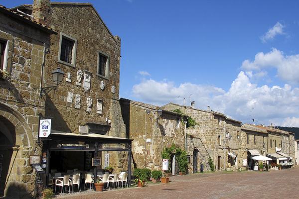 """Die Piazza Pretorio von Sovana, am Ende des Platzes die Trattoria """"La Tavernetta"""" (ganz rechts). Foto: Wikipedia, Sailko"""