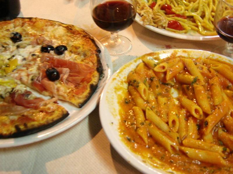 Pizza Quattro stagioni, Rigatoni alla panna, Tagliatelle mit Kirschtomaten.