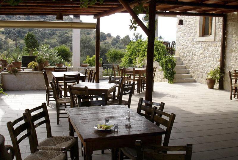 Die Terrasse der Taverna Kelari mit wunderbarem Blick auf die Landschaft.