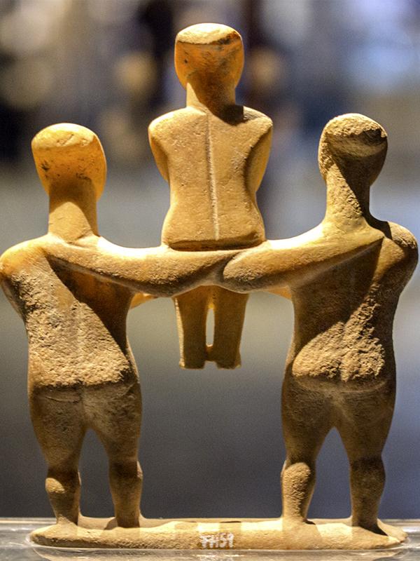 Ein einzigartiger Fund ist die Idolgruppe aus zwei männlichen Figuren die eine weibliche tragen