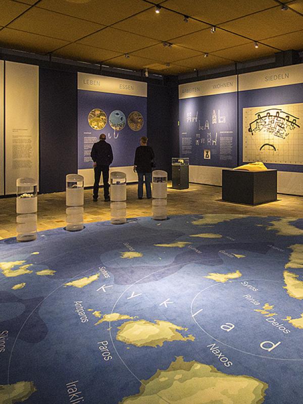 Im ersten großen Raum wird den eindrucksvollen Ausstellungobjekten angenehm viel Platz gelassen.