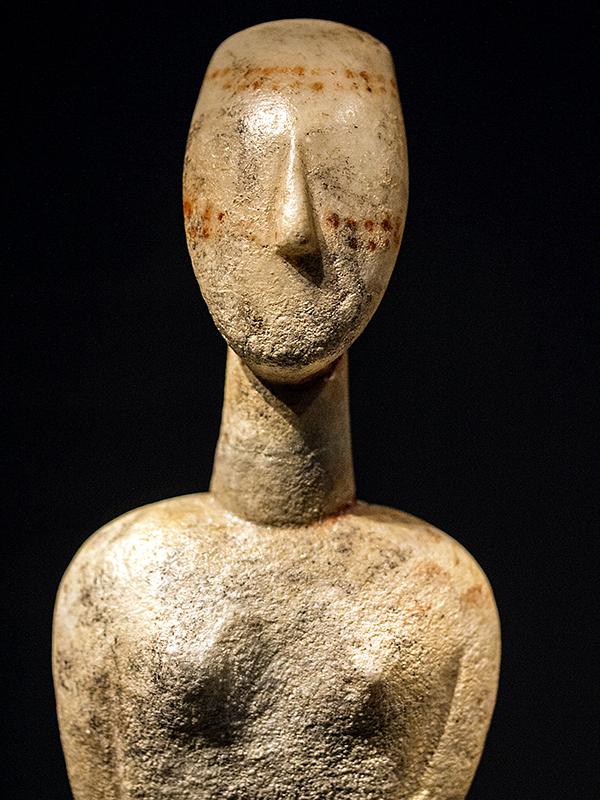 Vorderseite der bemalten weiblichen Statuette.