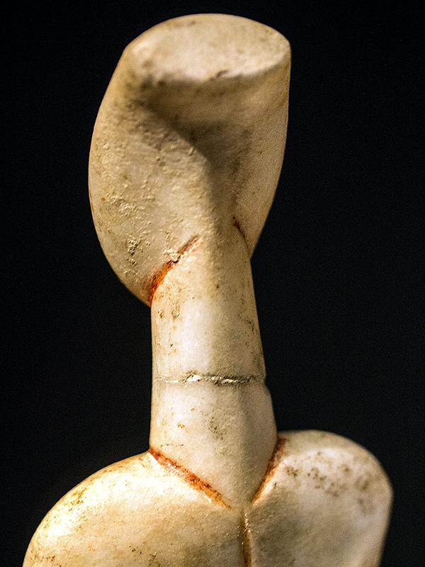 Rückansicht der bemalten weiblichen Statuette.