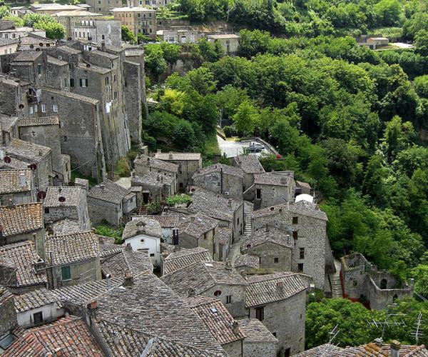 Blick von der Burg auf Sorano und die Schlucht der Lente.